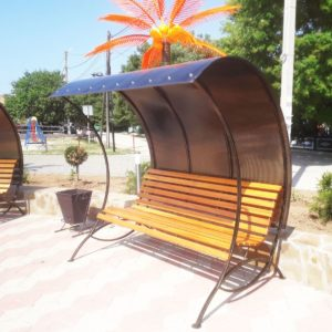 Скамейка с навесом из поликарбоната